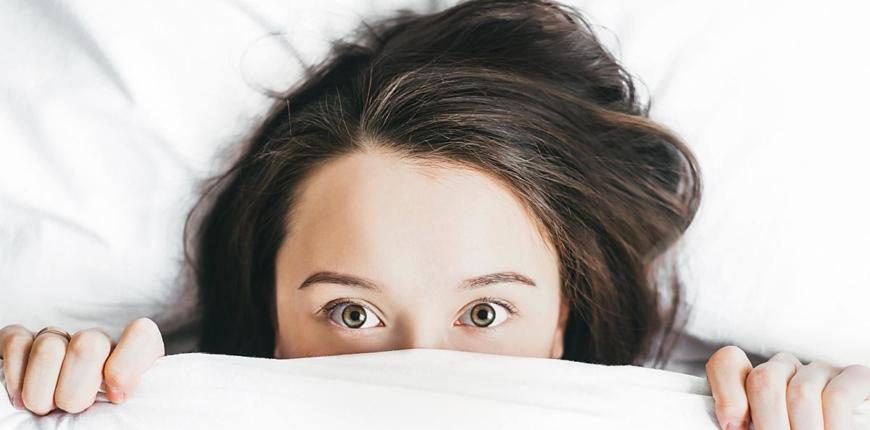 「如果枕頭那麼重要,該重新檢視枕頭的哪個部分?」這是很多人接下來的疑問。 目前市面上的枕頭種類繁多,甚至還出現枕頭專賣店,枕頭種類一多就不知道如何選購也是人之常情。因此,不斷嘗試新枕頭、被稱作「枕頭難民」的人似乎越來越多。我所診治的患者中,甚至有人試過50顆以上的新枕頭。那麼,選購枕頭最重要的重點為何?是軟硬度?材質?還是高度?